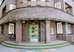 Runde Hausecke mit umlaufenden Balkon - Ziegelfassade; Wohnblocks in Hamburg Barmbek Nord.