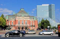 Johannes Brahms Platz in Hamburg Neustadt;  historische Architektur der Laeiszhalle / Musikhalle - Architekt Martin Haller; saniertes Unileverhochhaus; Architekten Hentrich, Petschnigg und Partner - erbaut 1962.
