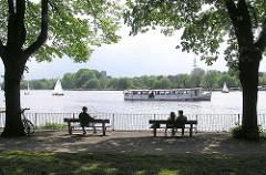 Blick auf die Aussenalster im Bereich des ehem. Uhlenhorster Fährhauses - ein Alsterschiff fährt seine Route über die Alster - Segelschiffe auf dem grossen Hamburger See.