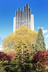 Herbst in Planten un Blomen, Japanischer Garten in Hamburg St. Pauli - Fassade des renovierten  Hamburger Radisson Blue Hotel, das 1973 fertig gestellt wurde - Architekten Schramm und Pempelfort; Hamburgs höchstes Gebäude steht seit 2010 unter Denkma