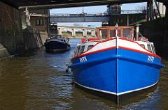Zwei Barkassen mit Touristen auf ihrer Hafenrundfahrt in der Ellerholzschleuse.