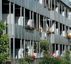 Balkons mit Blumenkästen - wohnen in Hamburg, Bilder aus dem Stadtteil Neuallermöhe.
