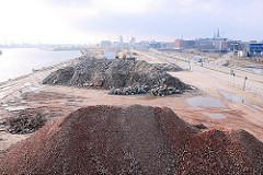 Zerkleinerte Mauerreste und Bauschutt auf dem Kaigelände des Versmannkais - die Fruchtschuppen und Lagerschuppen sind abgerissen - im Hintergrund die Elbe und Baukräne der Hafencity. (2007)