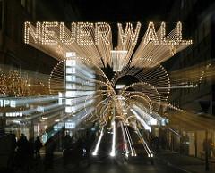 Weihnachtsbeleuchtung in der Hamburger City - Strassenbeleuchtung zu Weihnachten - Licht Schriftzug Neuer Wall.