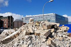 Bauschutt der abgerissenen Tankstelle bei der Oberbaumbrücke - im Hintergrund die moderne Hamburger Archtitektur des Deichtorcenters.