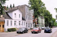 Gründerzeitarchitektur in Hamburg Lohbrügge - Hauptstrasse mit Autoverkehr.