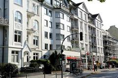 Historische Hausfassaden in Hamburg Uhlenhorst - Wohn- und Geschäftshäuser im Hofweg.