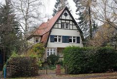 Einzelhaus hinter Hecken - Wohngebiet Gross Flottbek Dürerstrasse.
