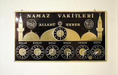 Tafel mit den Gebetszeiten.