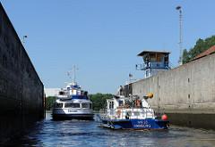 Ausfahrt aus der Harburger Schleuse - das Polizeiboot WS 23 fährt in die Süderelbe.