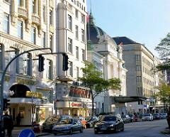Historische Architektur in der Kirchenallee im Hamburger Stadtteil St. Georg - Hotel Reichshof, Hotel Continental am Hamburger Hauptbahnhof - in der Bildmitte das Hamburger Schauspielhaus.