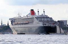 Das Passagierschiff Queen Mary 2 fährt elbabwärts in Höhe Hamburg Altona - kleine Sportboote und Barkassen begleiten das grosse Passagierschiff.