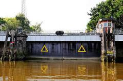 Geschlossene Schleusentore der Grevenhofschleuse am Ende des Grevenhofkanals in Hamburg Steinwerder.