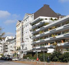 Moderne und historische Bebauung in HH-Uhlenhorst. Wohnhäuser am Hofweg.