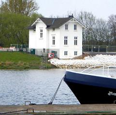 Blick zur Villa Hintzpeter am Ausschläger Elbdeich in Hamburg Rothenburgsort.