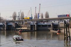 Eine Barkasse fährt vom Reiherstieg zur Ellerholzschleuse - Bilder aus dem Hamburger Hafen.