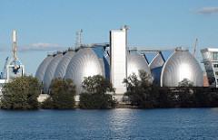 Klärwerke der Hamburger Wasserwerke auf dem Koehlbrand - silberne Faultürme an der Elbe.