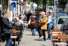 Aussengastronomie in der Langen Reihe in Hamurg St. Georg - Tag im Sommer, Sonnenschein - Tische an der Strasse.