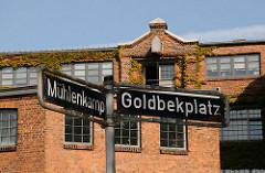 Strassenschilder Mühlenkamp / Goldbekplatz - Industriearichitektur, rotes Ziegelgebäude.