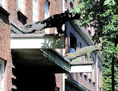 Panter als Bauschmuck - Fassade eines Wohngebäudes in Hamburg BArmbek Nord.