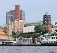 Bilder von den St. Pauli Landungsbrücken - lks. der Uhr und Pegelturm in der Bildmitte das historische Gebäude vom Hotel Hafen Hamburg, in dem sich früher das Seemannshaus befand.