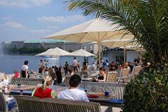 Strassencafe auf dem Anleger des Jungfernstiegs / Bänke und Sonnenschirme, Palmen