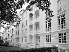 Wohnblock - Wohnhaus mit weisser Fassade; Architekturfotos aus Hambur Winterhude, Sierichstrasse - Schwarz Weiss Aufnahme.