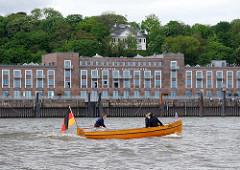 Kaispeicher Altona - historisches Hafengebäude in Hamburg Altona. Am Berghang eine weisse Villa zwischen den Bäumen.