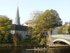 St. Johanniskirche Hamurg Eppendorf - Ruderer auf dem Alsterkanal.
