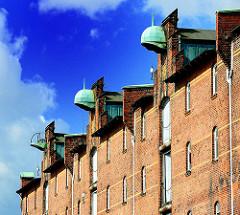 Kräne mit Kupferdach an der Fassade des Speicherblocks G in Saalehafen - Fotos aus Hamburg Kleiner Grasbrook.