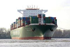 Containerfrachter CSCL SATURN. Der 2011 gebaute Fracher hat eine Tragfähigkeit von 165300 t und kann bei einer Länge von 366 m 14074 Container TEU transportieren.