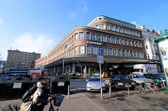 Karstadtgebäude an der Kümellstrasse ( 2004) - die Architektur der 1950er Jahre  steht unter Denkmalschutz.