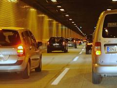 Elbtunnel unter Hamburg Othmarschen - Autoverkehr unter der Elbe - 120 000 Fahrzeuge pro Tag, Länge von insgesamt 3325m.