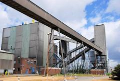 Förderanlage / Förderband auf dem Werksgelände der Hamburger Aluminumhütte - Industriefotografie Hamburgs.
