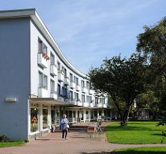 Wohn- und Geschäftsgebäude - Gartenstadt Farmsen - Hausfassade hellblau gestrichen.
