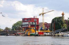 Ufer des Köhlfleets auf Finkenwerder - Neubauten Baukran.