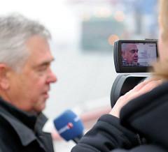 Fernsehinterview mit dem Hamburger Wirtschaftssenator Frank Horch im Hamburger Hafen am HHLA Terminal Burchardkai.
