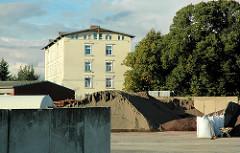 Gewerbebetriebe auf der Harburger Schlossinsel - Gebäude des Schlosses und Lagerung von Schüttgut auf einem Industriehof. (2005)
