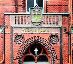 Historisches Gebäude - Schriftzug und Hamburg Wappen - Amt für Strom und Hafenbau in der Hamburger Hafencity.