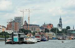 Blick zu den St. Pauli Landungsbrücken und dem Panorama des Stadtteils (2005)
