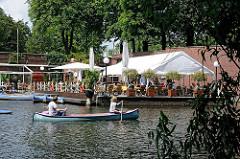 Kanuten auf dem Hamburger Goldbekkanal.