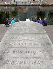 Inschrift an der Promenade des Mittelkanals in Hamburg Hammerbrook: 1943 - 1993 ZUR ERINNERUNG AN DIE BOMBENOPFER IM JULI 1943.