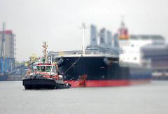 Das Frachtschiff Santa Katarina wird von dem Schlepper Bugsier 5 in der Rethe geschleppt - Bilder aus dem Hamburger Stadtteil Wilhelmsburg.