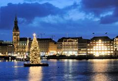Weihnachtsstimmung am Abend - Alstertanne auf der Binnenalster, Rathaus und Jungfernstieg.