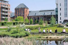 Moderne Neubauten und alte restaurierte und umgenutze Industriegebäude; Bahrenpark, ehem. Bahrenfelder Gaswerk.