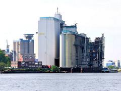 Industriearchitektur auf der Rethe von Hamburg Wilhelmsburg; Blick über den Reiherstieg.