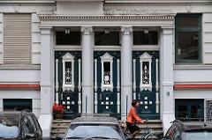 Hauseingang Gründerzeit weisse Säulen , Türen mit Schnitzerei und Dekor; Hegestrasse - Stadtteil Hamburg Hoheluft Ost.