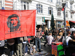 Flohmarktstand mit Che Guevara Fahne - Altbauten am Schulerblatt.
