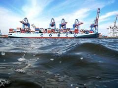 Der Containerfrachter COSCO ASTA liegt am HHLA Container Terminal Tollerort im Hamburger Hafen.
