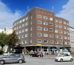 Backstein-Eckgebäude an der Feldstrasse - Architektur des Neuen Wohnens in Hamburg St. Pauli.